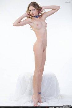 白色棚拍卷发模特Augusta