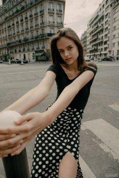 巴黎街头惬意的午后少女