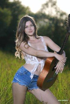 野外风光吉他女孩Beatty