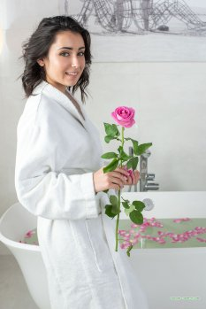 丰腴女孩Dionisia鲜花浴