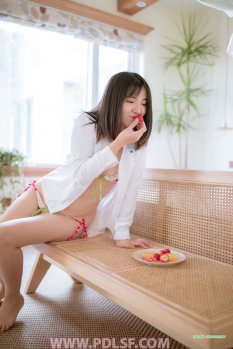 水果女孩的轻松时刻