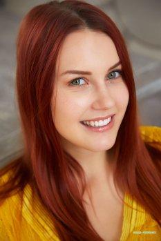黄衫红发美女Charlie